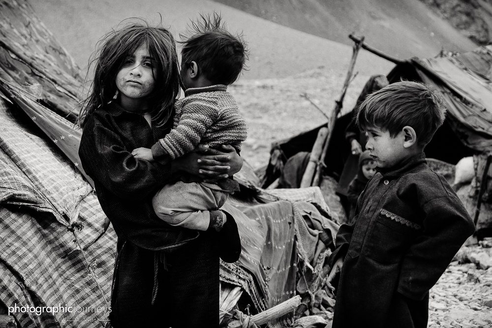 Bakawal children playing near Kargil ©Hamish Scott-Brown