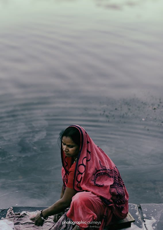 woman washes clothes in lake at udaipur © Hamish Scott-Brown